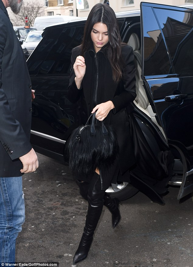 317A6DF500000578-3460357-Original_and_chic_Kendall_Jenner_found_herself_face_to_face_with-m-13_1456242481717